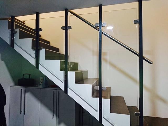 Metallbau Neb Gelaender mit Glas Innenraum 2
